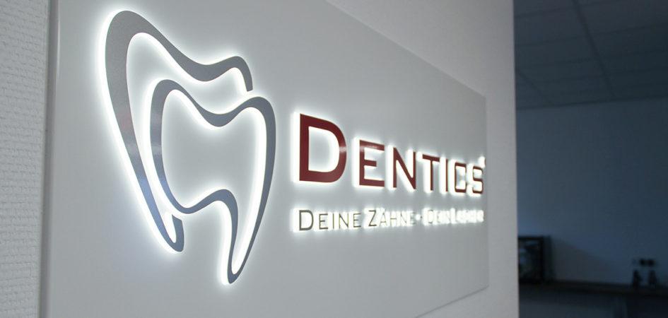 leuchtschild-banner-innenraum-zahnarzt-dentics-stuttgart-ludwigsburg
