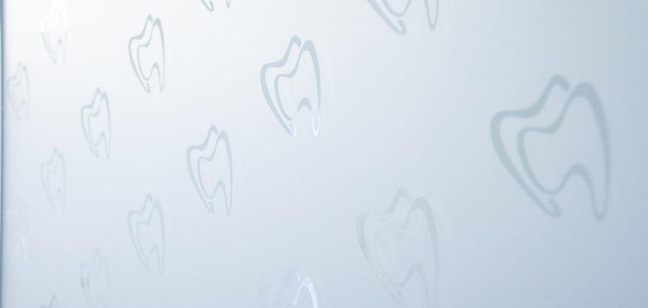 sandstrahlfolie-backlit-frostfolie-sichtschutz-zahnarzt-dentics